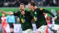 Bejubeln das 2:1 gegen Düsseldorf: Wolfsburgs Admir Mehmedi (l.) und Torschütze Wout Weghorst