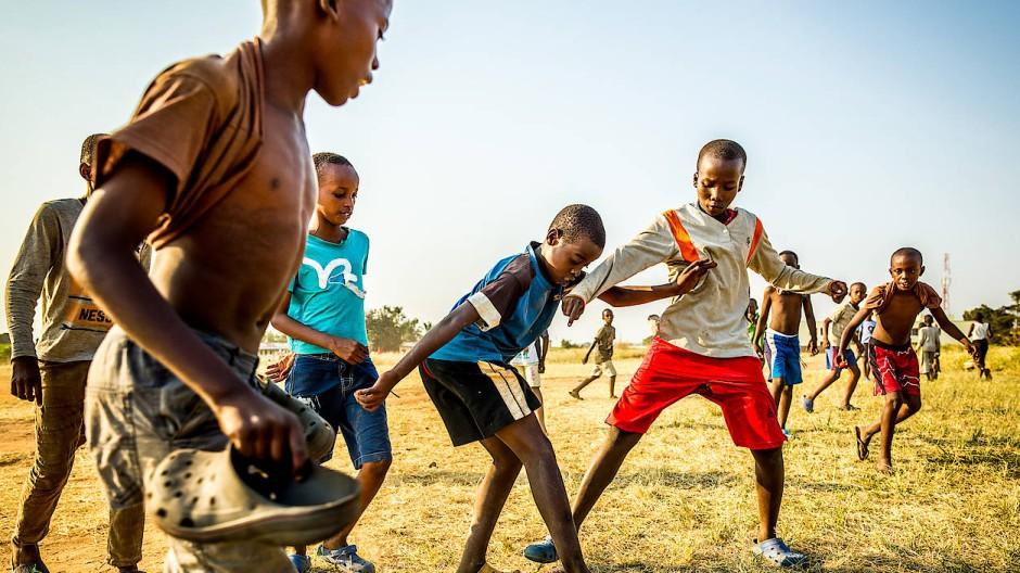"""Fußball, egal wie: """"In Afrika kann man lernen, fröhlich zu sein"""", sagt Thilo Kehrer."""