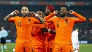 """""""Ihr seid zu laut!"""" Die Torschützen Depay (l.) und Wijnaldum (r.) halten sich bei ihrem Jubel die Ohren ob der feiernden Oranje-Fans zu."""