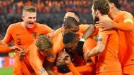 Orangene Freude: Die Niederländer bejubeln das 1:0 gegen Frankreich – in der Mitte: Torschütze Wijnaldum