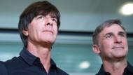 Hatten ein schwieriges Personalpuzzle zu lösen: Bundestrainer Löw (l.) und U21-Nationaltrainer Kuntz