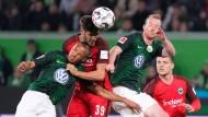 Harter Fight: Eintracht-Profi Paciencia und Arnold im Kopfball-Duell