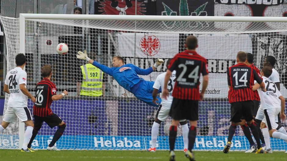 Das Siegtor: Alex Meier trifft aus dem Stand per Kopf zum 2:1 für die Eintracht