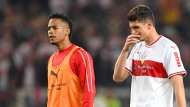 Ratlos und niedergeschlagen: VfB-Profis um Mario Gomez (2.v.l.) nach dem Remis im Hinspiel