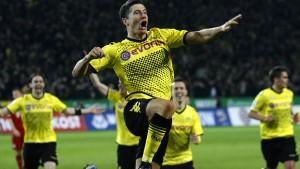 Borussia mit einer Hand an der Schale