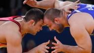 Iranisch-amerikanischer Ringkampf: Komeil Ghasemi (l.) aus Iran und Tervel Ivaylov Dlagnev aus Amerika kämpfen bei den Olympischen Spielen 2012 um die Bronzemedaille.