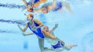 Fast wie ein Gemälde: Niklas Stoepel und Partnerin Amelie Ebert im Wasser.