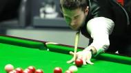 Mark Selby beim Bespielen der roten Kugeln: Der 33-Jährige ist aktuell Weltranglistenerster und amtierender Titelträger der WM.