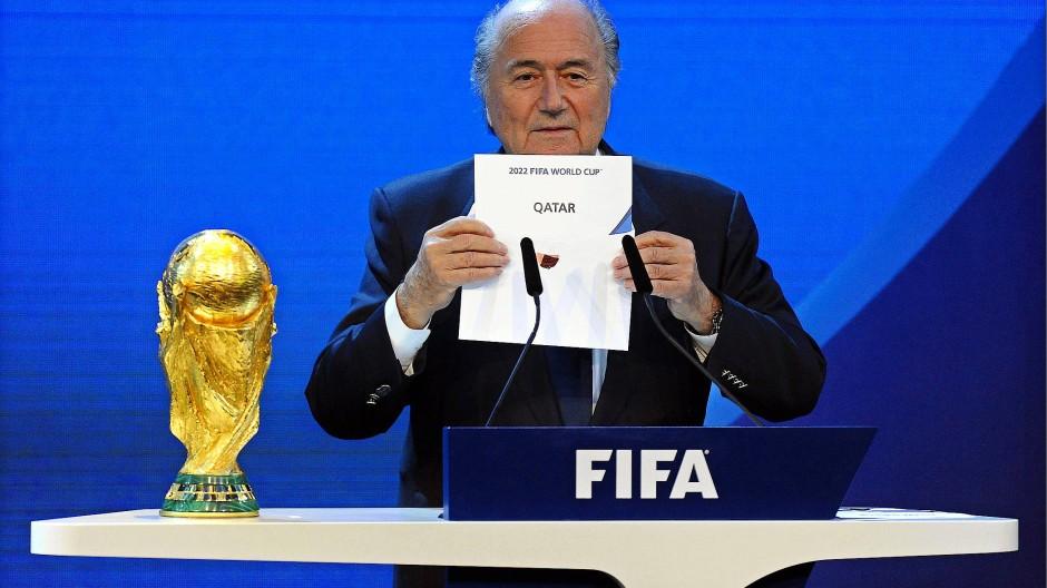 Der damalige Fifa-Präsident Sepp Blatter zeigt, wo die WM 2022 ausgetragen werden soll.
