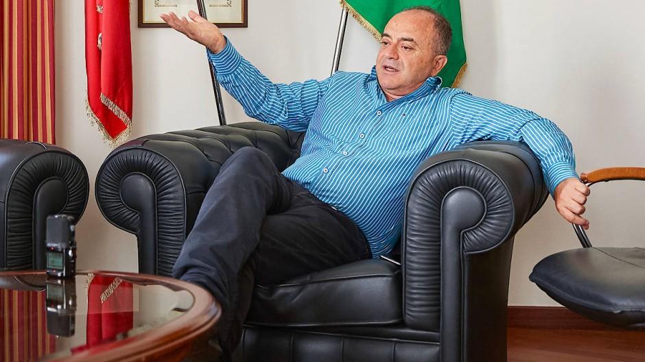 Nicola Gratteri, 1958 in Gerace geboren, studierte Jura an der Universität von Catania. Als Staatsanwalt der Direzione Investigativa Antimafia kämpft er gegen die 'Ndrangheta.