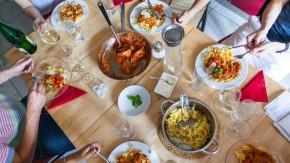 """""""Etwas sehr Bedeutsames geschieht, wenn Menschen aus demselben Topf essen"""": Tisch einer Gruppe von Mainzern, die sich über eine Facebook-Seite verabredet haben"""