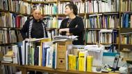 Vater-Tochter-Gespann: Eugen Gomringer und seine Tochter Nora in Eugens Büro und Archiv in Rehau.
