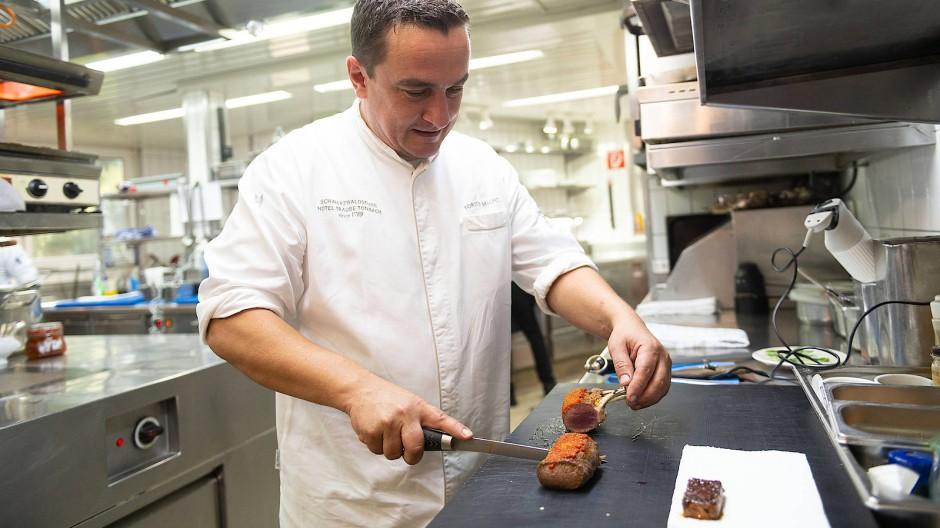 Torsten Michel beim Anrichten in seiner Küche