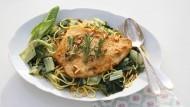 Mai Dinner: Die Scholle ziert die Spaghetti mit dem geschnittenen Mangold.