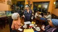 Essen, Trinken, Reden: Manuela Bleiberg (Mitte) und ihr Mann Michael halten jüdische Küche und Gastlichkeit in ihrem Café hoch.