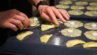 Hier werden mit Salbeimayonaise gefüllten Ananasscheiben vorbereitet.