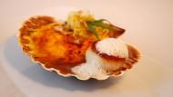 Als Amuse-Bouches gibt es einen feinen Austernchip mit Paprika-Mayonnaise und marinierter Jakobsmuschel.