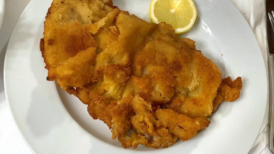 """Ist das Schnitzel im """"Gasthaus Ubl"""" in Wahrheit ein Import aus Italien? Für unseren Food-Autor steht jedenfalls fest: So muss ein echt pfannengebackenes Wiener Schnitzel aussehen."""