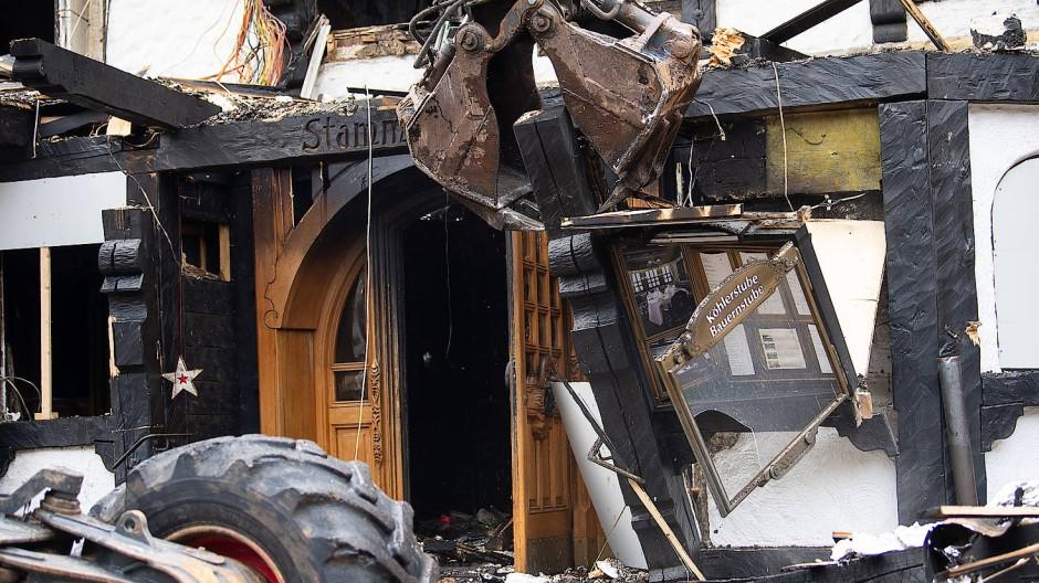 Aufräumen, bevor alles neu werden kann: Ein Bagger räumt den Menüaushang des ausgebrannten Restaurants des Hotels «Traube Tonbach» weg.