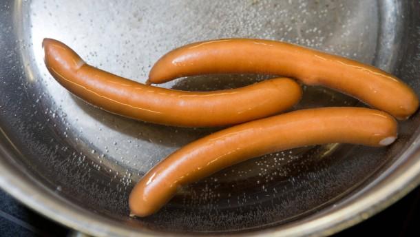 Wiener-Würstchen - die dünne Brühwurst im Saitling wird in Berlin durch Gastrokritiker Thomas Platt und  Koch Thomas Kammeier verkostet