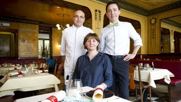 """""""Hier spricht der Gast"""" Spezial - Das Besondere Restaurant - Das Moissonnier in Köln präsentiert Baskischen Meerhecht mit Kräutern gefüllt und gebraten, dazu Pesto von glatter Petersilie"""