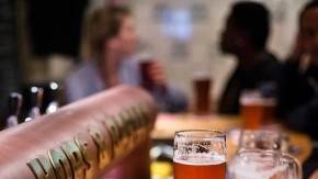"""Hausbrauerei - Die Kneipe """"Hops & Barley"""" in Berlin-Friedrichshain schenkt ausschließlich selbstgebrautes Bier aus. Das Geschäft der Hausbrauereien (microbreweries) boomt in der Hauptstadt."""