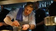 """Sternekoch Stefan Meier ist in seinem Restaurant """"ZweiSinn"""" mit 32 Jahren deutlich der Älteste. Doch in der Küche beweist er sich als jung und wild."""