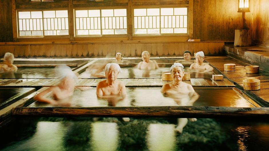 Wie in eine heiße Decke eingewickelt: Nach der Reinigung lehnen sich die Badegäste im Becken zurück.