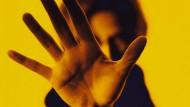 Stopp: Häufig übernehmen sich Personen, weil sie von sich selbst Höchstleistungen verlangen oder andere nicht enttäuschen wollen.