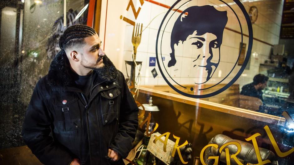 Onay Temel steht vor dem Köfteladen, der seiner Mutter gehörte. Seine Brüder führen das Familiengeschäft, während er einen Barbershop in Schöneberg aufgemacht hat.