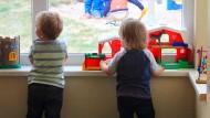 Wenn die anderen Kinder schon trocken sind und das eigene noch nicht, machen sich viele Eltern schnell Sorgen.