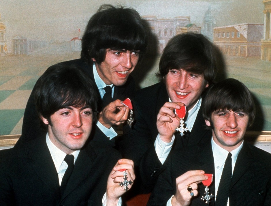 """In der Zeitung noch als """"Radausänger aus England"""" bezeichnet, wurden die Beatles 1965 mit dem """"Order of the British Empire"""" ausgezeichnet."""