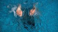 Im Sommer stehen sie stark unter Druck. In offenen Schuhe sollen sie gepflegt aussehen. Doch die Hitze ist eine Herausforderung. Helfen kühlende Cremes? Ein Test.