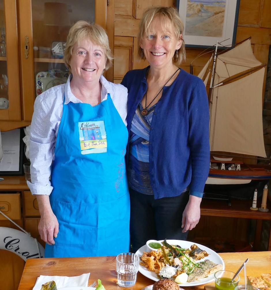 """Algen-Expertin Prannie Rhatigan (rechts) und Restaurantchefin Eithna O'Sullivan. Oben: Algen-Spezialitäten aus """"Eithna's Restaurant"""""""