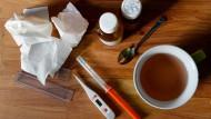 Lindert das Leid, wenn es zu spät ist: Tee, Taschentücher, Hustensaft - das übliche Gedeck eines Schnupfen-Husten-Halsweh-Patienten.