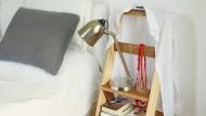 """Oben ein Bügel und unten Ablagefläche: Die """"stumme Leiter"""" kann vielseitig eingesetzt werden."""