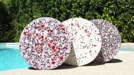 """Die """"Props"""" bestehen aus farbigem Glas und Marmorbruch, das in eine Zementmixtur gemischt wird."""