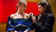 Kurz bevor es auf die Eröffnungsgala der Berlinale geht, richtet Leena Zimmermann noch das Fendi-Kleid von Alina Levshin (links).