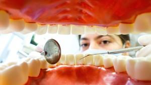 Lassen sich die Zähne richten, ohne dass es jemand merkt?