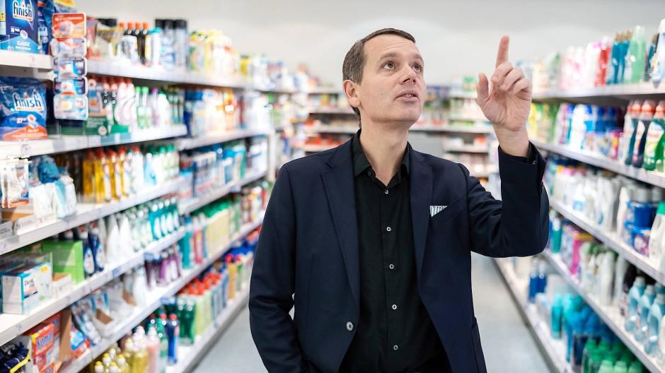 Online-Shopping könnte einen echten Schub bekommen, Christoph Werner in einem dm-Markt in Karlsruhe.