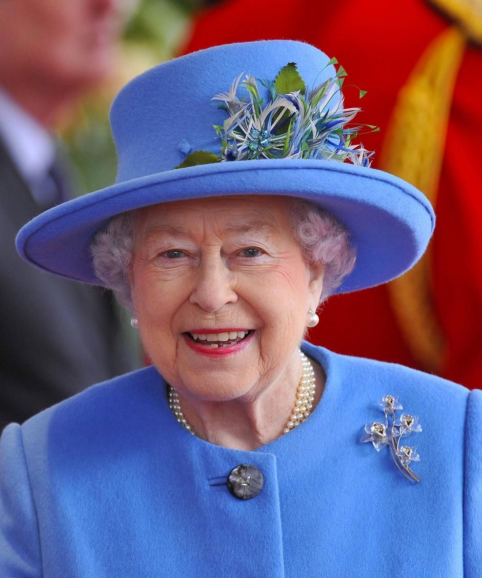 Trägt nicht nur Hut, sondern auch Brosche: Königin Elizabeth die Zweite.