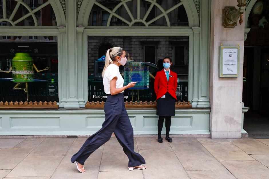 London: Da seit einigen Tagen mit der Öffnung der Läden wieder mehr los ist, bekommen auch die hochgeschnittene Hose und Kreolen mal wieder Auslauf.