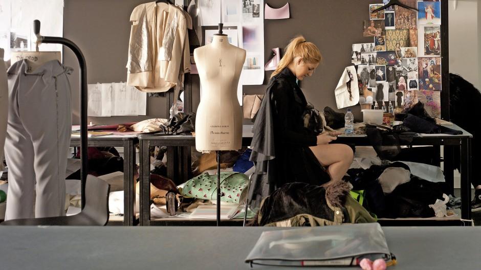 Setzen Sie sich hin, und nehmen Sie sich zwei Stoffe. Haben Sie eine kreative Idee? Super! Wenn nicht, lassen Sie es besser mit dem Designstudium.