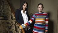 Muster, Farben und Folklore: Das Atelier der Designerinnen Fiona Bansal (links) und Valeska Duetsch (rechts) gleicht einer Brutstätte stoffgewordener Phantasien. Es könnte auch im Sinne von David Bowie sein, dessen Plattenfirma in dem Berliner Haus einst Mieter gewesen sein soll.
