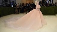 Ein rosafarbenes Kleid mit Schleppe: Billie Eilish auf dem Weg zur Met Gala