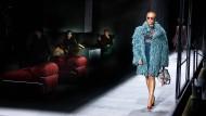So lässt sich's am Laufsteg leben: Auf der Bühne von Bottega Veneta schauen Models ihrer Kollegin Adwoa Aboah bei der Arbeit zu.