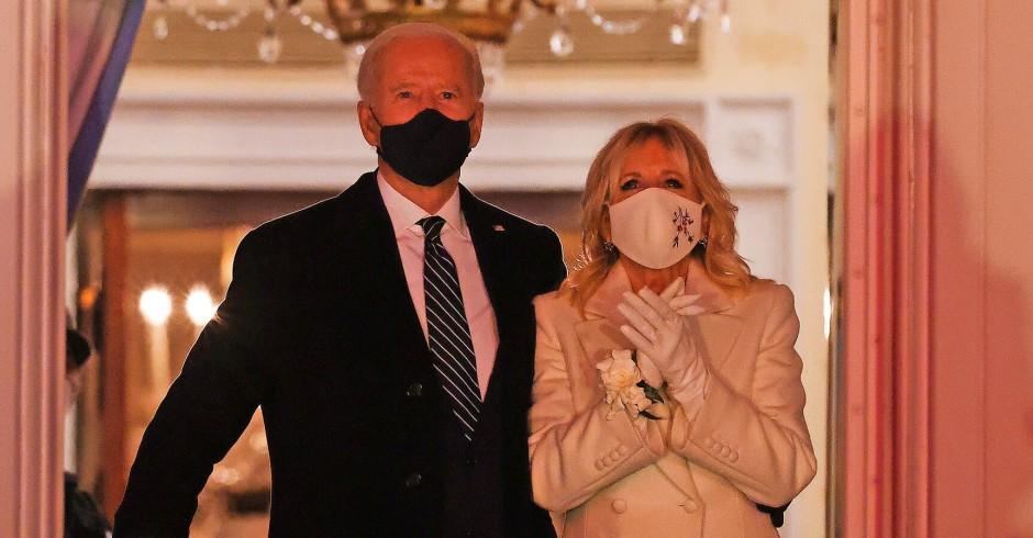 Bouquet aus Gardenien an ihrem Handgelenk: Joe und Jill Biden am Abend der Amtseinführung im Januar