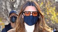 Mit dunkler Sonnenbrille wäre sie nicht zu erkennen, mir orangefarbenen Gläsern schon: Kendall Jenner im November in New York