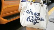 Ist keine Plastik-Tasche: Beutel von Anya Hindmarch  im Jahr 2007 in New York.