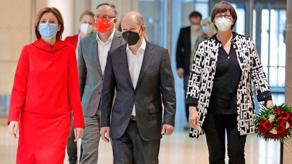 SPD = Soft Power Dressing?  Malu Dreyer (links) im Kostüm,  Saskia Esken im Buchstaben-Strickmantel